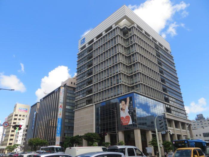 沖縄タイムスビルの安室奈美恵さんの広告