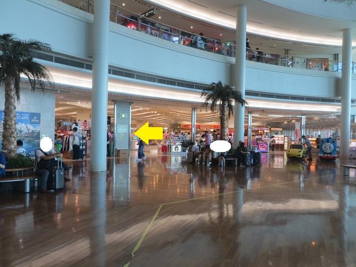 那覇空港のお土産屋さんが並ぶ