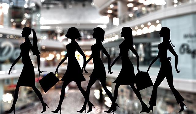 買い物をする女性たち