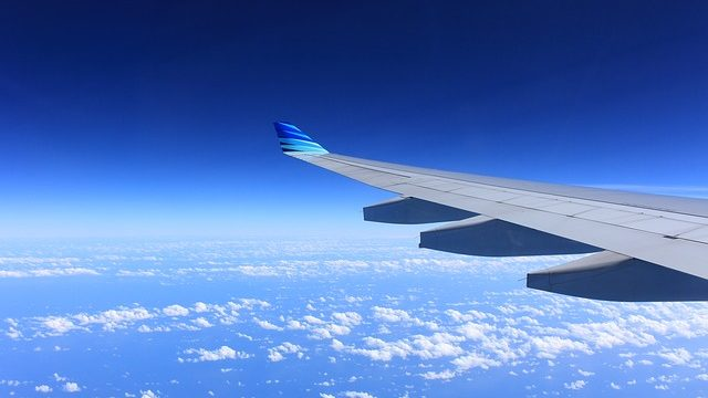 青空の中を飛ぶ飛行機